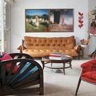 Гостиная с яркими цветовыми акцентами имеет выход на балкон. (гостиная,дизайн гостиной,интерьер гостиной,мебель для гостиной,интерьер,дизайн интерьера,мебель,квартиры,апартаменты,современный)