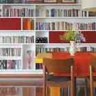 Вместительные книжные шкафы немного приподняты над полом. (гостиная,дизайн гостиной,интерьер гостиной,мебель для гостиной,сделай сам,самоделки,интерьер,дизайн интерьера,мебель,современный)