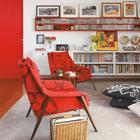 Яркие цвета очень сильно оживляют гостиную, а приподнятые над полом шкафы, не занимая места на полу, визуально не отнимают пространство комнаты.