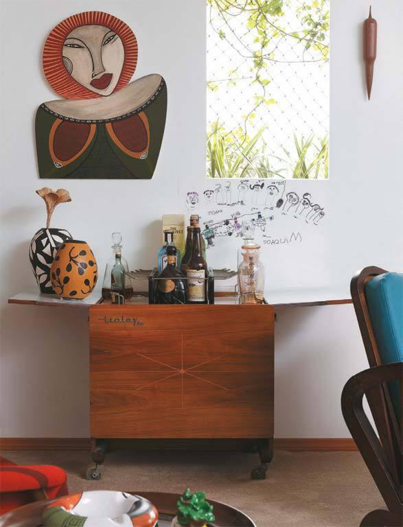 Отличный бар на колесиках служит еще и столиком для ваз.