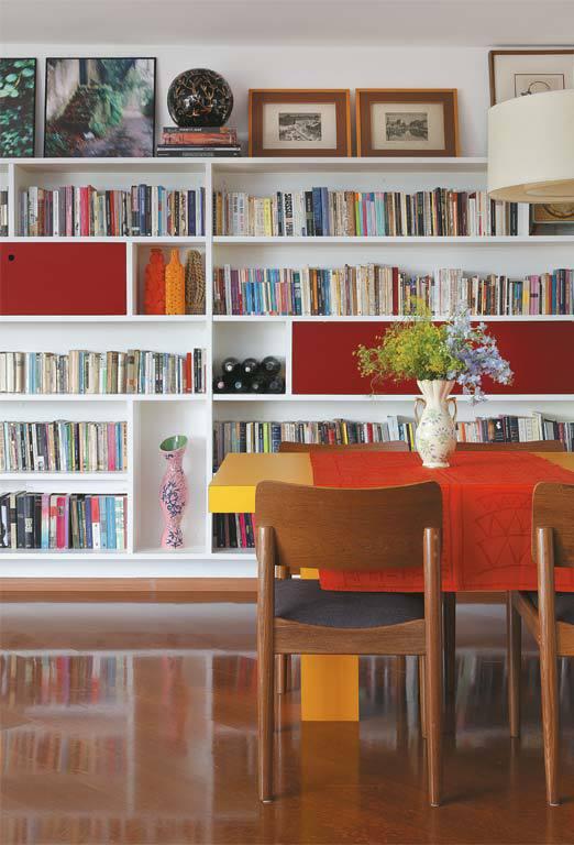 Вместительные книжные шкафы немного приподняты над полом.
