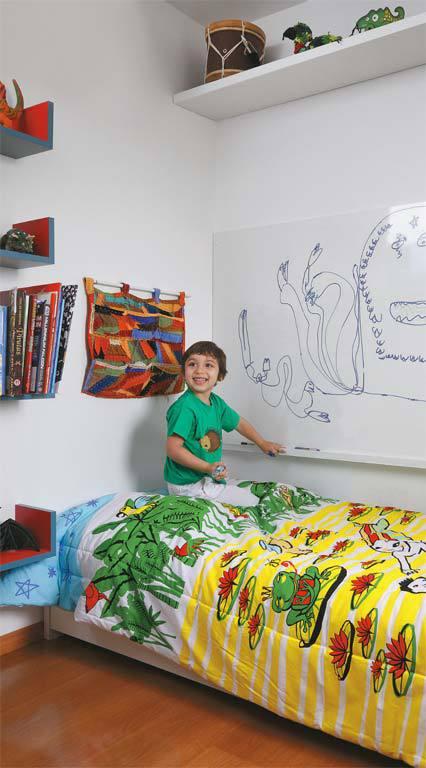Яркая и красочная детская очень функциональна. Рядом с кроватью кроме полочек для книг есть настенный органайзер с карманами и большая маркерная доска.