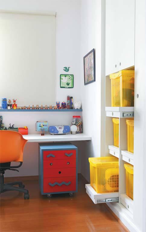 Яркие солнечные цвета присутствуют и в детской. Желтые пластиковые ящики очень удобны для хранения игрушек.
