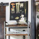 Сдвижные амбарные двери и индустриального вида стеллажи создают атмосферу кухни в стиле лофт.