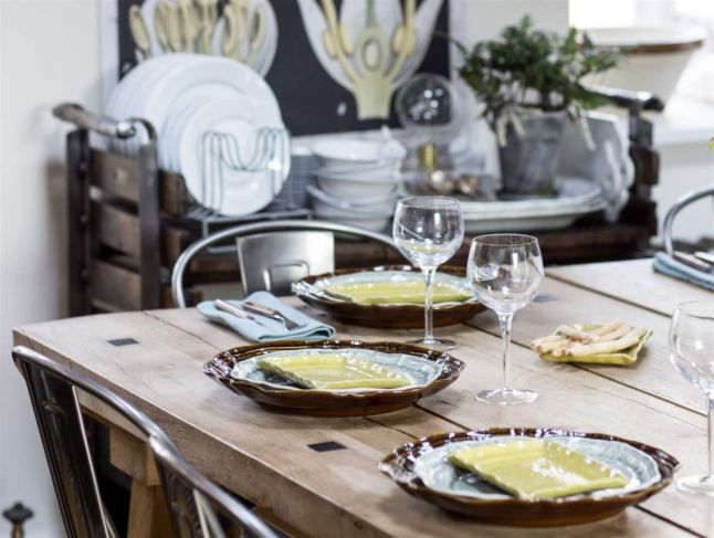 Деревянный обеденный стол, стальные стулья и антикварный сервировочный стол не оставят равнодушным любителя индустриального стиля в интерьере