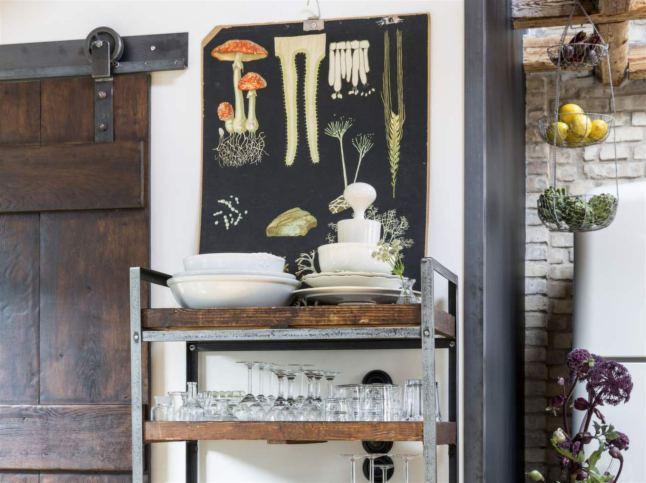 Сдвижные амбарные двери и индустриального вида стеллажи создают атмосферу кухни в стиле лофт
