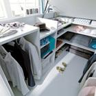Гардероб под кроватью полностью настраиваемый и позволяет даже вешать одежду на плечиках. (хранение,гардероб,шкаф,комод,мебель,спальня,современный)