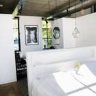 Дизайн спальни, как и всего дома, выдержан в стиле лофт.
