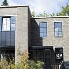 Обновленный фасад дома выполненный клинкерной плиткой смотрится очень современно.