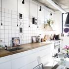 Поскольку пространство кухни открыто, владельцы решили отказаться от верхних настенных полок и шкафов.