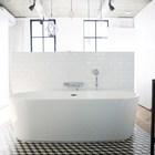 Ванна в спальне родителей выполнена открытой, как в модных спа отелях.
