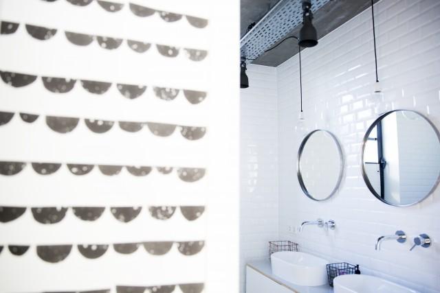 Дизайн ванны в стиле лофт на втором этаже. Индустриальность помещения подчеркнута дизайном кранов и светильников.