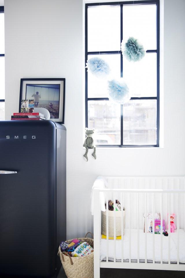 Достаточно странно видеть детскую кровать на кухне рядом с холодильником, но, на самом деле, это удобно и позволяет больше времени проводить с малышом.