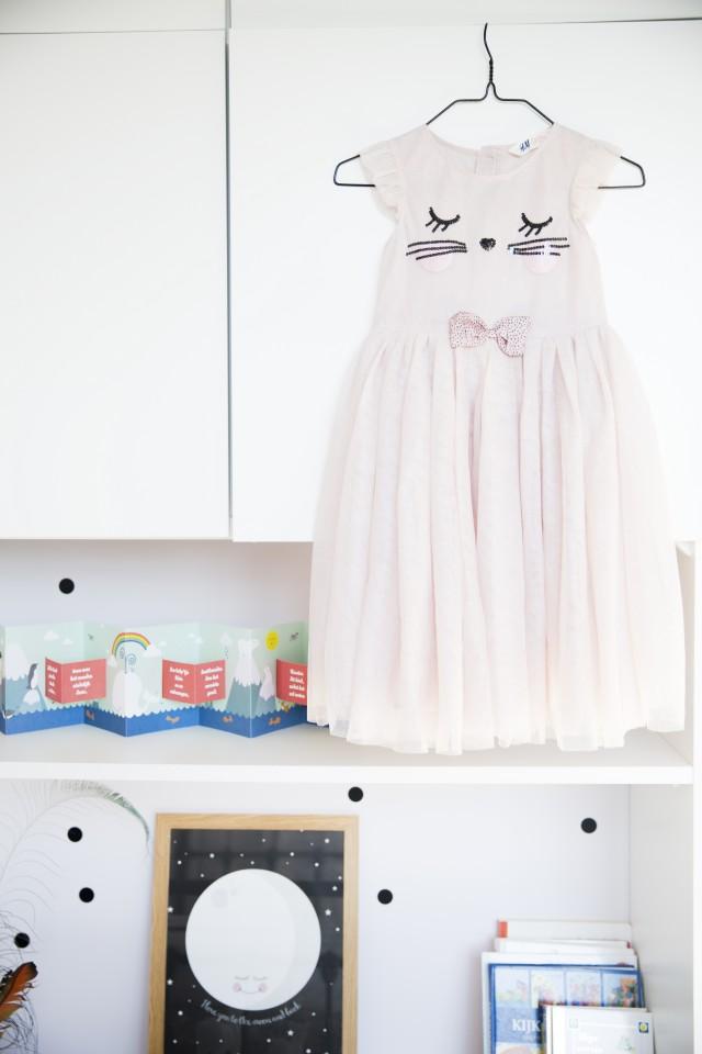 Шкафы и полки в детской комнате старшей дочки.