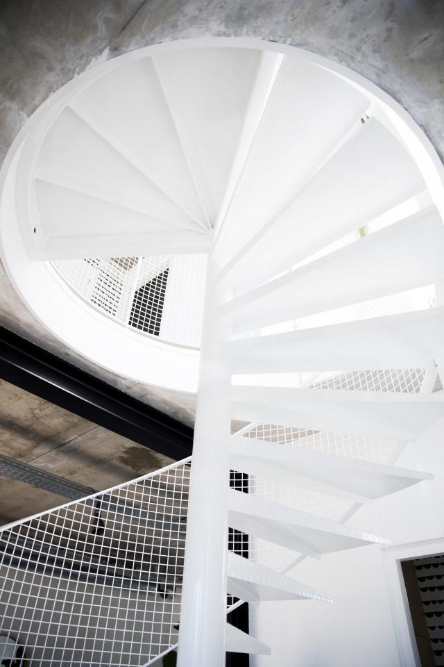 Стальная винтовая лестница очень хорошо соответствует стилю лофт.