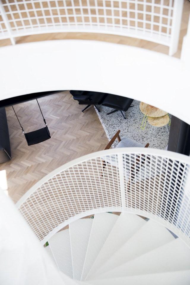 Вид на лестницу и гостиную со второго этажа.