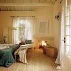 Камин отлично смотрится в помещении с открытой стропильной системой. (камин,спальня,средиземноморский,архитектура,дизайн,интерьер,экстерьер)
