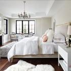 Камин удачно вписывается в спальню оформленную в викторианском стиле.