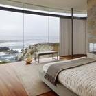 Роскошный вид из окна не должен помешать погреться у камина. (камин,спальня,современный,архитектура,дизайн,интерьер,экстерьер)