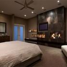 Современная спальня с камином и телевизором