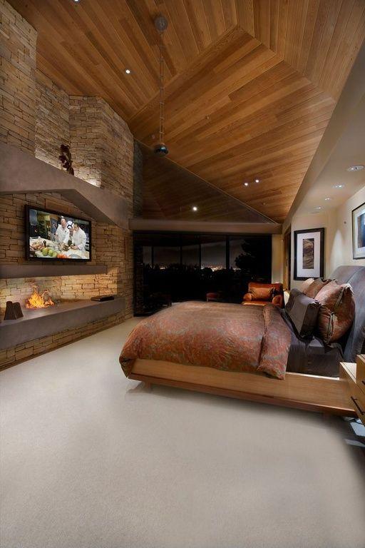 Большой камин в современной спальне.