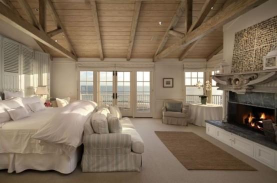 Камин создает уют в спальне дома на калифорнийском побережье..