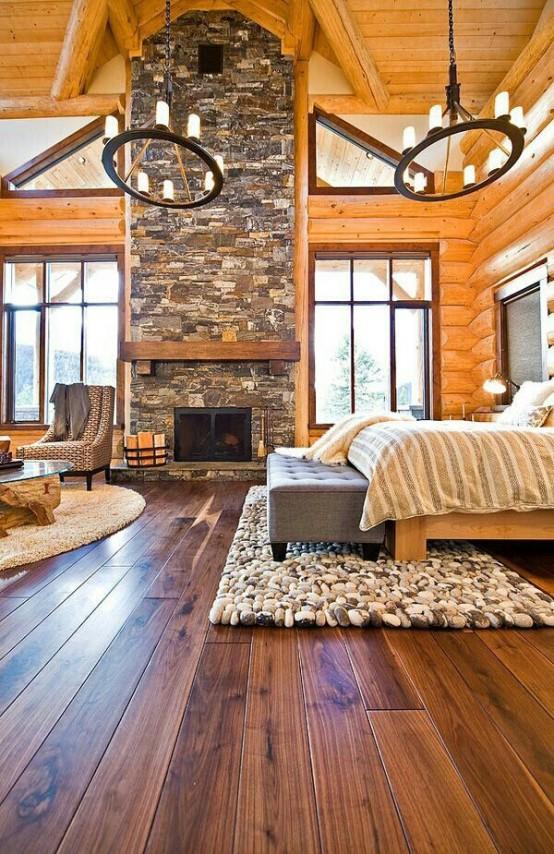 Рустикальная спальня в срубе. Лиственные породы дерева в интерьере отлично гармонируют с камнем.