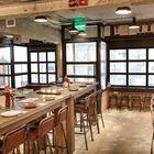 Барная стойка и высокий деревянный стол с барными стульями. (кухня,дизайн кухни,интерьер кухни,кухонная мебель,мебель для кухни,архитектура,дизайн,экстерьер,индустриальный,лофт,винтаж,стиль лофт,индустриальный стиль,мебель,интерьер,дизайн интерьера)