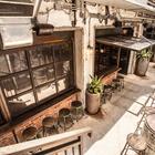 Несмотря на скупую растительность, дворик продолжает тему индустриального стиля. (на открытом воздухе,патио,балкон,терраса,индустриальный,лофт,винтаж,стиль лофт,индустриальный стиль,архитектура,дизайн,экстерьер,мебель)