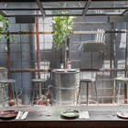 Окна в ресторане поднимаются наподобие гаражных. (кухня,дизайн кухни,интерьер кухни,кухонная мебель,мебель для кухни,на открытом воздухе,патио,балкон,терраса,архитектура,дизайн,экстерьер,индустриальный,лофт,винтаж,стиль лофт,индустриальный стиль,мебель)