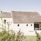 На крыше дома была сохранена традиционная для местности черепица, но добавлены мансардные окна.