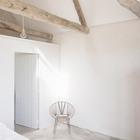 Открытые стропильные конструкции в спальнях на втором этаже делают мансардное пространство еще интереснее.