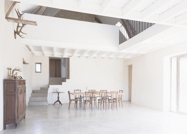 Большое открытое пространство на первом этаже оранизовано в гостиную и столовую