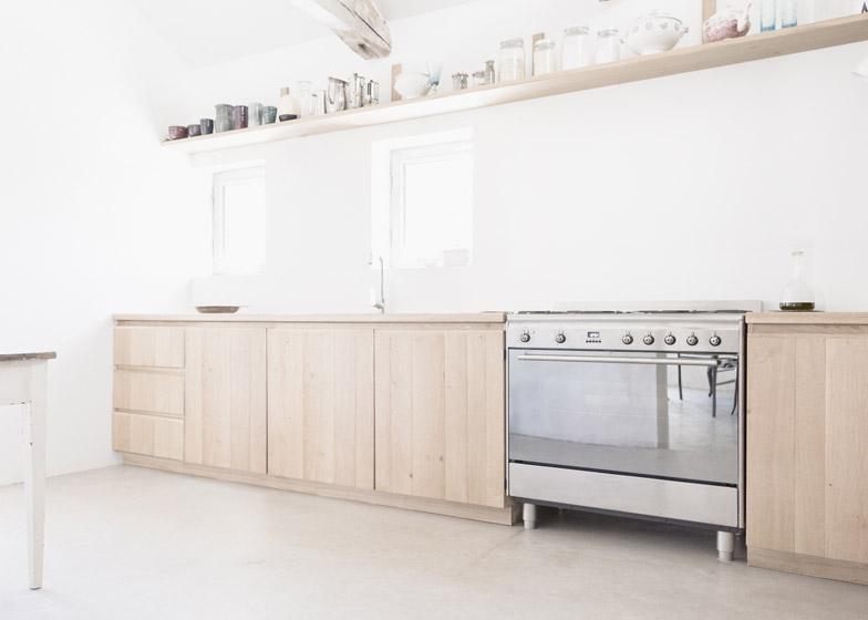 Кухня укомплектована современной техникой. Современные деревянные фасады кухни удачно гармонируют с деревенским стилем интерьера.