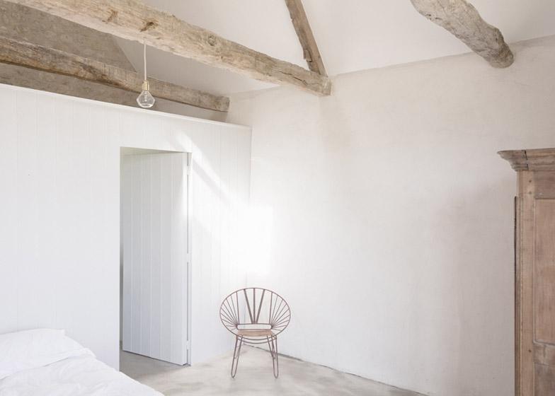 Открытые стропильные конструкции в спальнях на втором этаже делают мансардное пространство еще интереснее