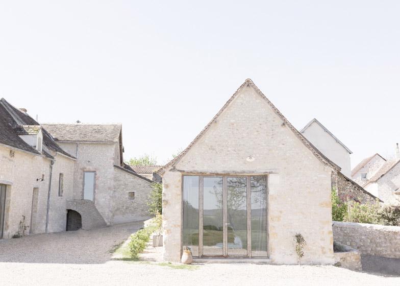 Структура строения оставлена максимально нетронутой, однако заметно применение нехарактерных для традиционного сельского дома остеклений.