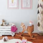 Большая часть игрушек помещаются в большой ящик на колесах. (детская,игровая,детская комната,детская спальня,дизайн детской,интерьер детской,хранение,гардероб,шкаф,комод,мебель,скандинавский,интерьер,дизайн интерьера)