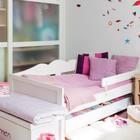 Кровати выполнены таким образом, что детям легко в них забраться, однако защитное ограждение не даст упасть. (детская,игровая,детская комната,детская спальня,дизайн детской,интерьер детской,скандинавский,хранение,гардероб,шкаф,комод,мебель,интерьер,дизайн интерьера)