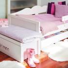 В изножье каждой кровати поставлены сундуки для постельного белья. На них удобно сидеть. (детская,игровая,детская комната,детская спальня,дизайн детской,интерьер детской,хранение,гардероб,шкаф,комод,мебель,скандинавский,интерьер,дизайн интерьера)