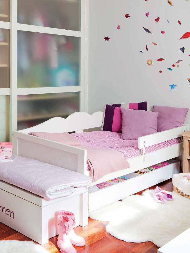 Кровати выполнены таким образом, что детям легко в них забраться, однако защитное ограждение не даст упасть.