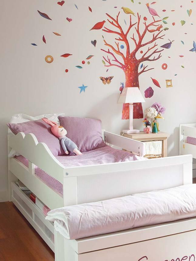 Под кроватями находятся выдвижные ящики для вещей и игрушек.