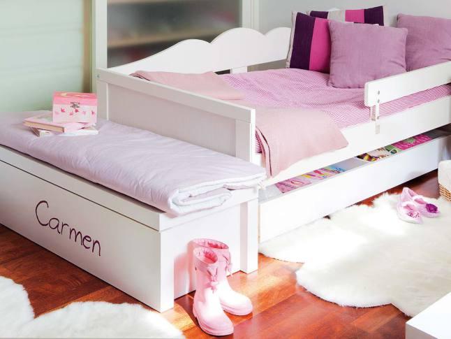 В изножье каждой кровати поставлены сундуки для постельного белья. На них удобно сидеть.