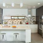 Барная стойка у кухонного острова отлично подходит для завтраков.