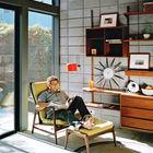 Домашний офис с большими окнами и расслабляющим креслом в стиле середины 20-го века.