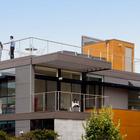 Фасад дома, хорошо видны террасы на втором этаже и на крыше.