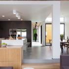 Кухня-столовая находится рядом с гостиной. От входа сюда ведет коридор проходящий вдоль гаража.
