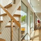 Лестница на второй этаж. Отличная идея использовать книжные полки в качестве ограждения лестницы.