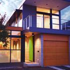 Вход в дом находится рядом с гаражом.