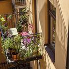Балкон небольшой, но на нем поместился столик со стульями. (на открытом воздухе,патио,балкон,терраса,скандинавский,мебель,квартиры,апартаменты)