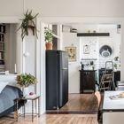 Между кухней и жилой комнатой большой дверной проем.